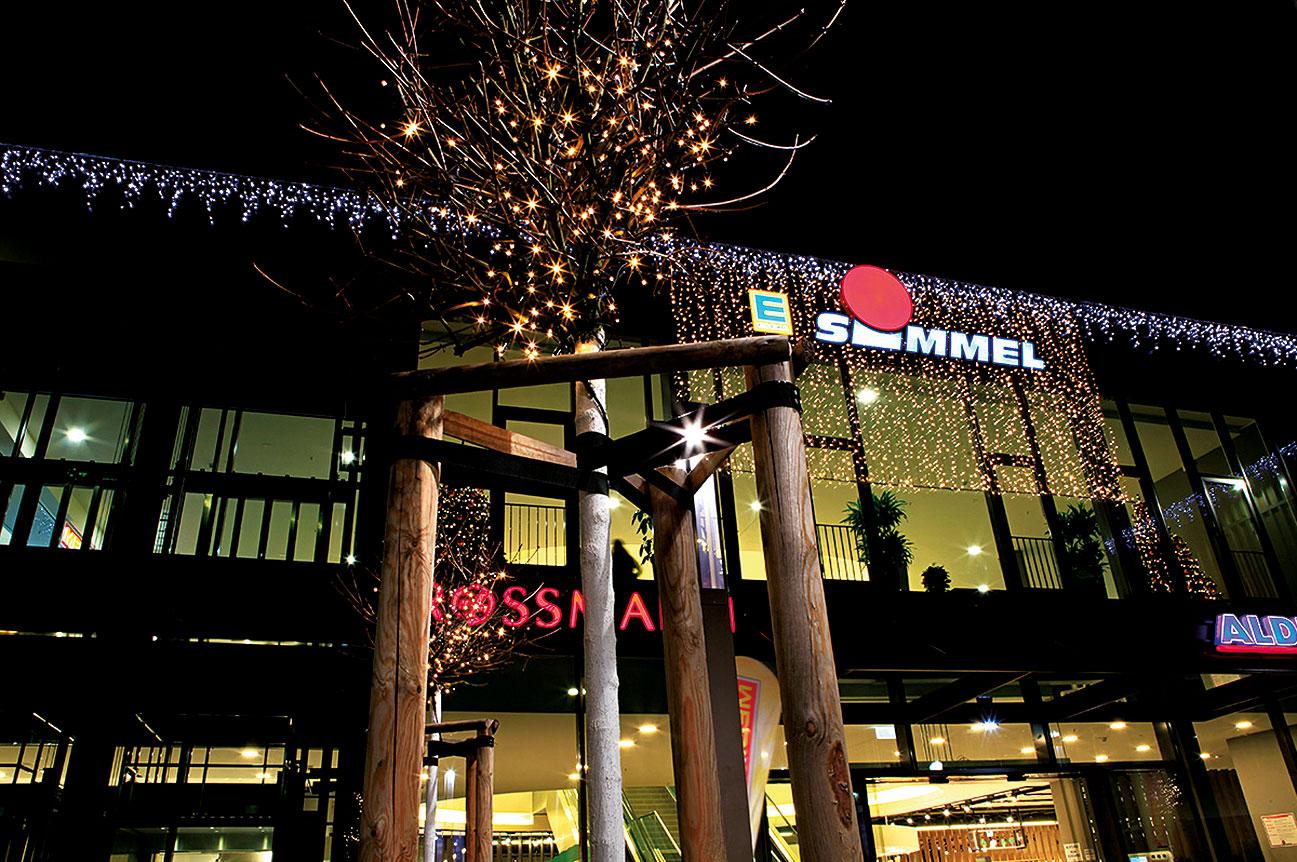 Bauhaus Weihnachtsbeleuchtung.Dresden Simmel Center Fassade Professionelle Weihnachtsbeleuchtung